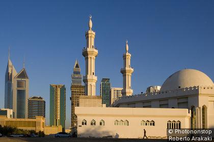 Émirats arabes unis, Dubaï, quartier Al Satwa, mosquée et bâtiments modernes le long de la Sheikh Zayed Road