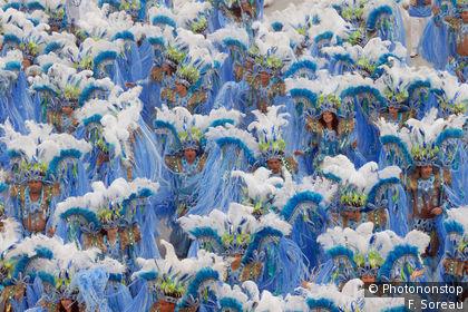 Foule déguisée pour le carnaval de Rio
