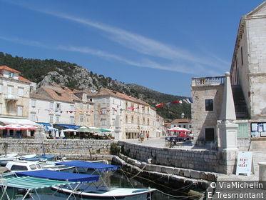 Une île aménagée par les Vénitiens au 17e s., la plus Jet Set de la côte dalmate !