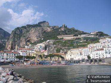 Amalfi est une petite ville d'allure espagnole nichée sur la pente d'un vallon qui fait face à une mer très bleue.