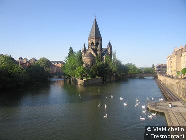 Vue sur le Temple protestant érigé par Guillaume II au bord de la Moselle