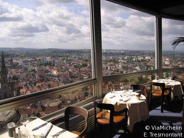 Le restaurant de la Tour pivote autour de son axe central et offre une vue à 360 degrés