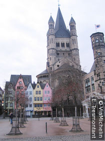 Maisons étroites au bord du Rhin