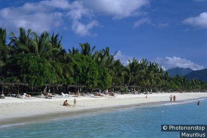 Mauritius, Flic en Flac Beach, Badestrand Indischer Ozean, Maskarenen, Inselstaat, Insel, Strand, Palmenstrand, Badegäste, Sommerurlaub, Badeurlaub, Traumurlaub, Erholung, Freizeit, Hotelstrand, Touristen, Sonnen, Sonnenbad, Reiseziel, Urlaubsziel, Som