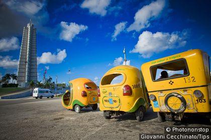 Cuba, Santa Clara, Plaza de la Revolucion,coco taxi