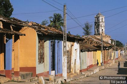 Cuba, Trinidad, Sancti Spiritus, rue, facades de maisons colorées, ciel bleu