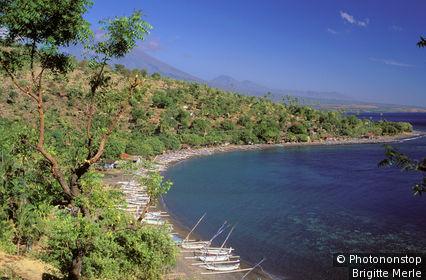 Indonésie, Bali, vue plongeante sur bateaux à balanciers (Prahus) dans la baie d'Amed, ciel bleu