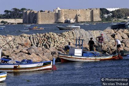 Tunisie, île de Djerba, Houmt-Souk, bateaux au port et Bordj El Kebir ou Bordj Gazi Mustapha ou fort espagnol