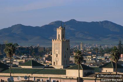 Maroc, Marrakech, minaret de la mosquée Ben Youssef, montagnes en arrière-plan