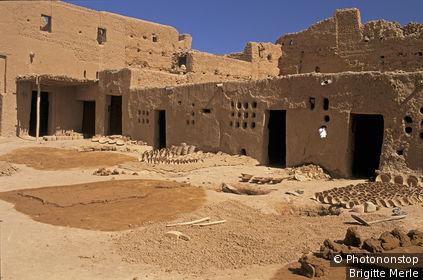 Maroc, fabrication des poteries de terre de Tamegroute