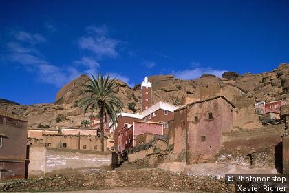 Maroc, Anti-Atlas, vers Tafraoute, mosquée du village d'Adai, rochers et falaise en arrière-plan