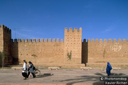 Maroc, Taroudant, femmes marchant le long des remparts, ciel bleu
