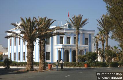 Maroc, Sidi Ifni, place Hassan II (anciennement Plaza Espagna) et l hotel de ville
