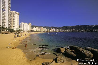 Mexique, état du Guerrero, Acapulco, playa Condesa, immeubles en bord de mer, ciel bleu