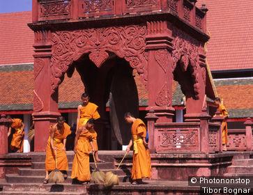 Thailande, Lamphun, Wat Prathat Haripunchai, moines