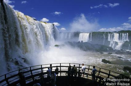 Brésil, personnes sur plateforme face aux chutes d'Iguaçu, ciel et nuages