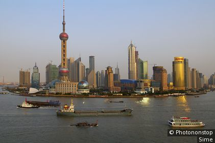 Chine, Shanghai, Shanghai - The Huangpu River and many of the new towers of Pudong, including the Oriental Pearl TV Tower