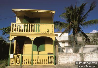 Guadeloupe, Grande Terre, Le Moule, facade maison jaune à volets verts (n°19)