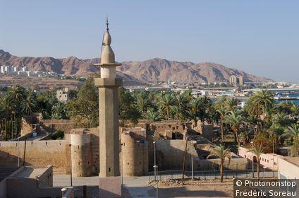 Jordanie, Aqaba, le fort, ville et montagnes au loin