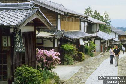 Japon, Honshu du centre, vallée Kiso, Magome, maisons au bord d'une allée, passants