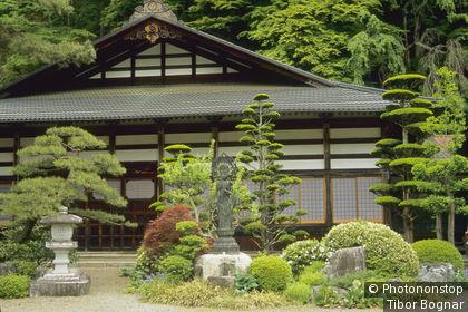 Japon, Honshu du centre, vallée Kiso, temple bouddhiste Narai, verdure