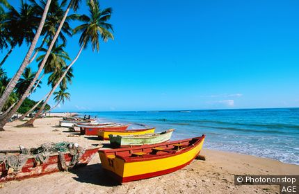 République Dominicaine, Boca Chica, barques colorées sur plage