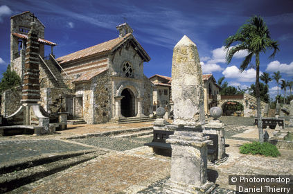 REPUBLIQUE DOMINICAINE, LA ROMANA, ALTOS DE CHAVON, VILLAGE MEXICAIN, COLONNE EN PIERRE