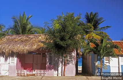 République Dominicaine, Baoruco, maison en bois colorée typique, toits de palmes et de tôle ondulée