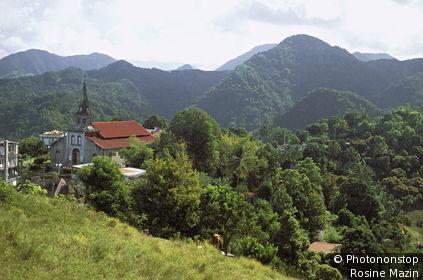 Martinique, Morne Vert, vue plongeante sur église, montagne boisée en arrière plan