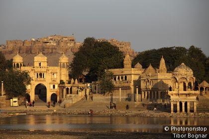 Inde, Rajasthan, Jaisalmer, Gadi Sagar Tank, porte Tilon ki Pol, tombeaux