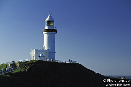 Australie, Nouvelles Galles du Sud, vue générale du phare de Byron Bay, ciel bleu
