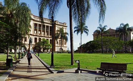 Australie, Queensland, Brisbane, Océanie - Queens Garden on Elizabeth Street, On the background, on the left, is the Treasury Old Casino