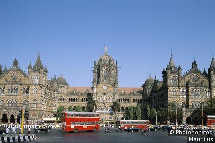 Indien, Bombay, Victoria Bahnhof, Straßeszene, Doppeldeckerbus Asien, Südasien, Bundesstaat Maharashtra, Chatrapati Shivaji Terminus Railway Station, Bahnhofsgebäude, Gebäude, Bauwerk, Architektur, Sehenswürdigkeit, imposant, mächtig, Straße, Verk