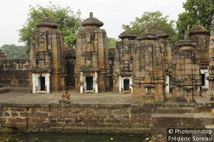 Inde, Orissa, Bhubaneswar, homme pêchant à la ligne dans le bassin sacré devant un temple hindou