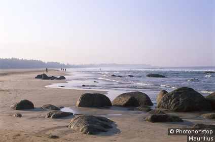 Sri Lanka, Bentota Beach, Sandstrand, Menschen, Strandspaziergang Südasien, Insel, Inselstaat, Südwestküste, Küste, Meer, Indischer Ozean, Strand, Felsen, Urlaubsregion, Ferienziel, Urlaub, Erholung, Reise, Tourismus, Touristen, Spaziergang