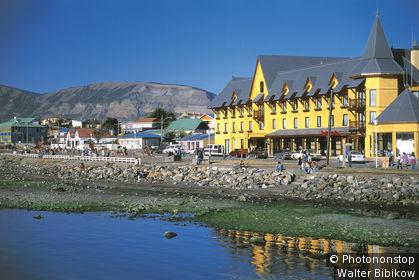 Chili, détroit de Magellan, Puerto Natales, vue de l'hôtel Costa Australis et de la ville au bord de l'eau, montagnes au fond, ciel bleu