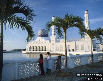 Malaisie orientale, Bornéo, Sabah, Kota Kinabalu, mosquée, enfants près balustrade au premier plan