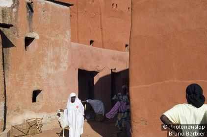 Mali, Sikasso, palais de Keletigui Berthe, ancien général de l'armée royale, passants