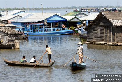 Cambodge, village flottant de Kompong Chhnang, personnes sur pirogues