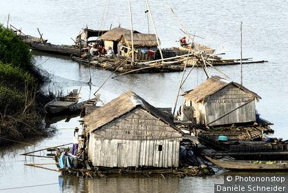 Cambodge, province de Kracheh, maisons flottantes de pêcheurs sur le Mékong