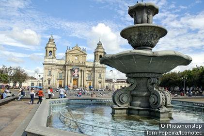 Guatemala, Guatemala city, place de la Constitution, cathédrale et fontaine