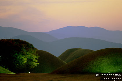 Corée, Gyeongju, tombeaux royaux, collines au crépuscule, ciel rose