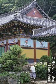 Corée du sud, Kwangju ou Gwangju, temple bouddhique, peintures et décorations, moine de dos au premier plan montant escaliers