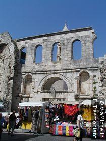 Le marché de Split est adossé aux remparts du palais de Dioclétien