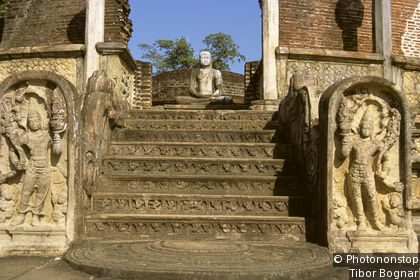 Polonnaruwa: Terrace of the Tooth Relic