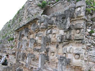 la façade ouest , masques de Chaac