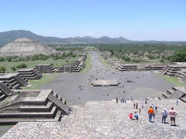 La chaussée des morts vue de la pyramide de la Lune