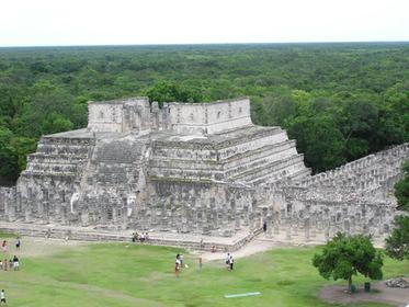 le groupe des Milles Colonnes vu du haut de la pyramide