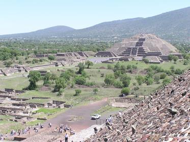 La chaussée des Morts vue de la pyramide du Soleil