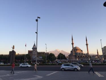 Kayseri, Zitadelle (links) und Erciyes im Hintergrund